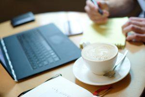 Coraz częstszym zjawiskiem zarówno w pracy, jak i w domu są rozmowy prowadzone przez internet